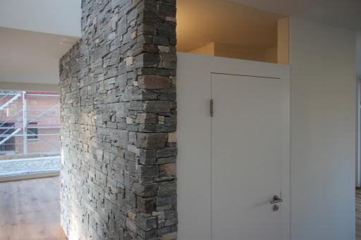 Neubau Wolfwil Steinwand